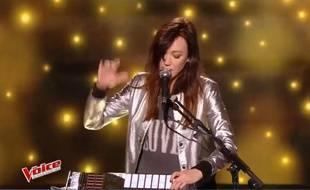 La chanteuse et musicienne d'originaire toulousaine, DeLaurentis, samedi 18 mars lors des auditions à l'aveugle de The Voice.