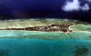 """Les Kiribati, archipel du Pacifique menacé par la montée des eaux provoquée par la hausse du thermomètre mondial, est """"un pays en voie de disparition"""", témoigne l'écrivain globe-trotteur Julien Blanc-Gras dans un récit de voyage où il décrit """"la face humaine du changement climatique""""."""