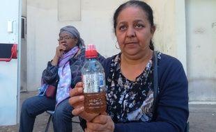 Deux habitantes du quartier d'Air Bel avec un échantillon d'eau