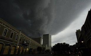 De forts vents et des pluies accompagnant l'ouragan Gustav ont commencé aux premières heures de lundi à frapper la côte américaine du Golfe du Mexique, région évacuée par deux millions de personnes traumatisées par le passage de l'ouragan Katrina en 2005.