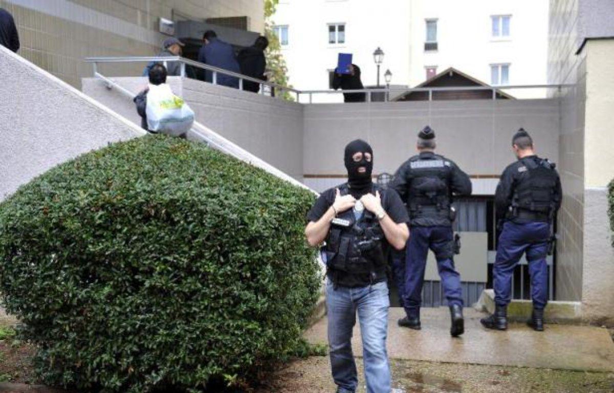 Trois hommes, dont un officier marinier, interpellés dans le cadre de l'enquête antiterroriste sur la cellule islamiste de Cannes et Torcy démantelée en octobre, ont été mis en examen et incarcérés vendredi, a-t-on appris de source judiciaire. – Mehdi Fedouach AFP