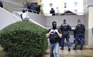Trois hommes, dont un officier marinier, interpellés dans le cadre de l'enquête antiterroriste sur la cellule islamiste de Cannes et Torcy démantelée en octobre, ont été mis en examen et incarcérés vendredi, a-t-on appris de source judiciaire.