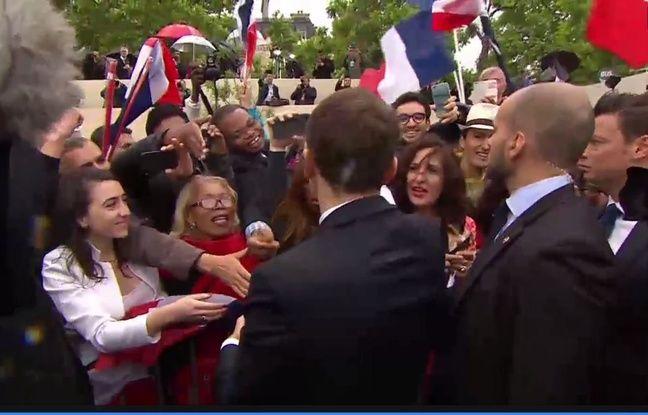 Capture écran chaîne de l'Elysée sur Dailymotion du bain de foule d'Emmanuel Macron sur les Champs-Elysées le 14 mai 2017