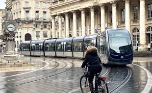 Vélo devant un tramway place de la Comédie à Bordeaux