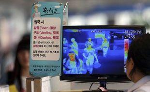 Des vérifications de température grâce à une caméra thermique en Corée du Sud le 4 août 2014