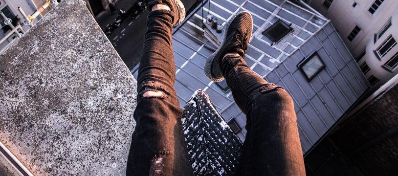 Illustration de jambes dans le vide, en ville