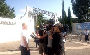 Un supporter assailli par des journalistes ce dimanche devant la Commanderie