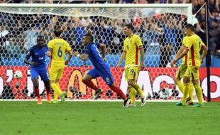 Le meneur de jeu français Dimitri Payet inscrit le 2e but des Bleus contre la Roumanie en ouverture de l'Euro, le 10 juin 2016 au Stade de France