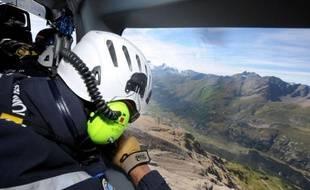 L'hélicoptère de la gendarmerie de haute montagne de Modane (Savoie) survole plusieurs fois la zone avant de repérer une randonneuse blessée à la cheville, dans le massif de la Vanoise: quelques minutes suffiront aux militaires pour hélitreuiller la quadragénaire et l'évacuer vers l'hôpital dans la vallée.