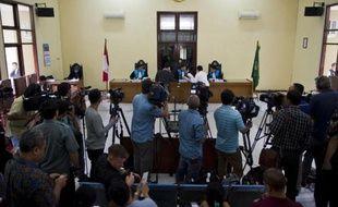 L'avocat d'un des deux Australiens condamné pour trafic de drogue (au milieu à gauche, face au juge) remet des documents à la cour lors de l'audience au tribunal à Jakarta, le 12 mars 2015