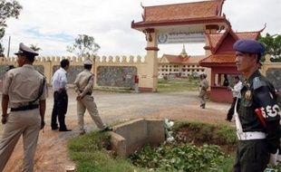Quelque deux millions de personnes ont trouvé la mort sous le régime des Khmers rouges, qui a fait régner la terreur au Cambodge entre 1975 et 1979, vidant les villes au profit des campagnes, imposant le travail forcé et éliminant systématiquement tout opposant.