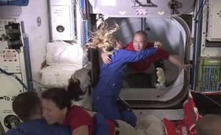 Rencontre entre les astronautes après l'arrimage de la capsule dragon de SpaceX à l'ISS