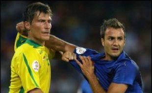 Quatre jours après le match nul face à la Lituanie (1-1) à Naples (sud), le sélectionneur italien Roberto Donadoni pourrait procéder à deux ou trois changements dans son équipe pour affronter la France, mercredi (19h00 GMT) à Paris en qualifications de l'Euro-2008 de football.