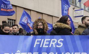 Des membres du syndicat de police Alliance manifestent devant le commissariat de Champigny le 2 janvie 2018.