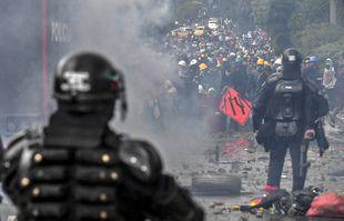 La police anti-émeute affronte des manifestants contre le gouvernement du président colombien Ivan Duque à Medellin, en Colombie, le 2 juin 2021.