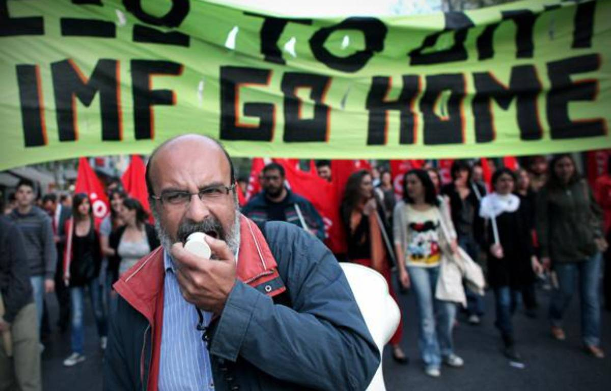 Des manifestants protestent contre la situation économique catastrophique en Grèce, à Athènes, le 23 avril 2010. – AFP PHOTO: Angelos Tzortzinis
