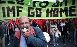 Des manifestants protestent contre la situation économique catastrophique en Grèce, à Athènes, le 23 avril 2010.