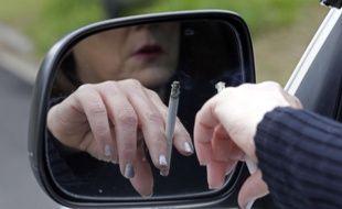 Illustration d'une femme fumant au volant.