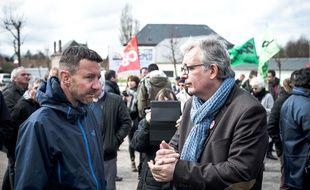 Olivier Besancenot et Pierre Laurent manifestent en soutien aux cheminots grévistes le 5 avril 2018 à Woincourt.