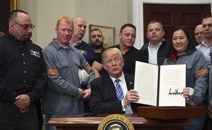 Donald Trump a signé un décret imposant des taxes sur les importations d'acier et d'aluminium le 8 mars 2018.