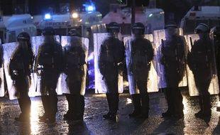 Des policiers anti-émeutes déployés à Belfast le 8 avril 2021.
