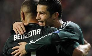 L'attaquant français du Real Madrid, Karim Benzema, dans les bras de Cristriano Ronaldo après son but contre l'Ajax Amsterdam en Ligue des champions, le 3 octobre 2012 à Amsterdam.