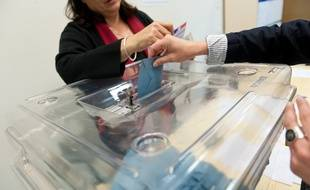 Bordeaux, 22 avril 2012. - Urne de vote et carte d'electeur avec electeur votant. - Photo : Sebastien Ortola