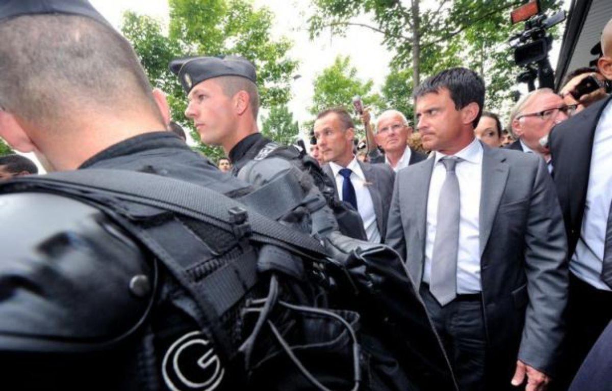 Le ministre de l'Intérieur Manuel Valls lance officiellement mardi à Saint-Ouen (Seine-Saint-Denis) les zones de sécurité prioritaires (ZSP), promesse de campagne du candidat Hollande contre la délinquance dans les quartiers difficiles. – Philippe Huguen afp.com