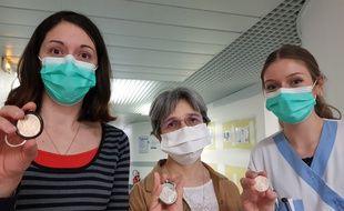 Linda Gombeaud (ASH), Marie-Edith Lafon (virologue) et Elisabeth Chazal (infimière) ont reçu, vendredi 15 mai 2020, la médaille « Merci » de la Monnaie de Paris.