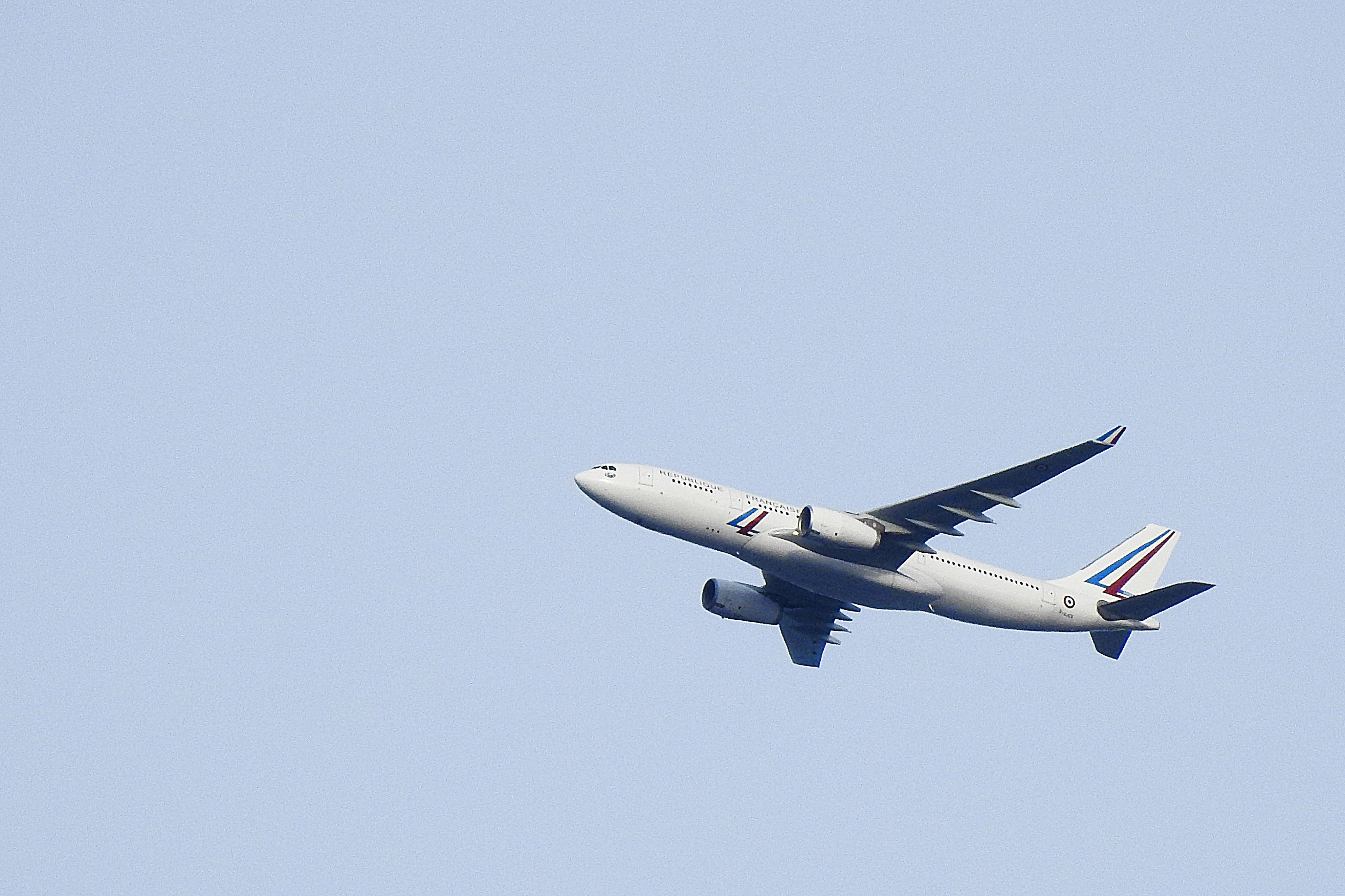 Un Airbus A330 survolant Paris. (Illustration)