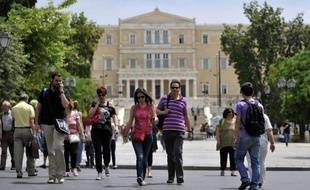 La Grèce, toujours en quête d'un gouvernement, s'affirme disposée à remettre en cause ses engagements de rigueur et cherche le soutien du nouveau président français François Hollande pour écarter le spectre d'une sortie de l'euro.