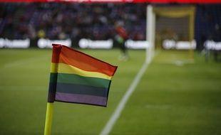 Des drapeaux LGBT accompagneront les poteaux de corner sur les pelouses anglaises