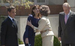 Carla Bruni-Sarkozy embrasse la reine Sofia d'Espagne, le 27 avril 2009 à Madrid.
