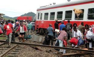 Un passager s'extrait du train Intercity Yaoundé-Douala, qui a déraillé aux abords de la gare d'Eseka, à 200 km à l'est de Yaoundé, faisant 55 morts et 575 blessés, le 21 octobre 2016.
