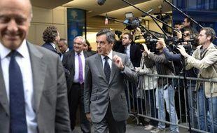 Alain Juppé (g), Jean-Pierre Raffarin (centre, arrière-plan) et François Fillon quittent le siège de l'UMP à Paris, le 10 juin 2014