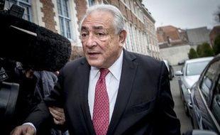 L'ex-patron du FMI Dominique Strauss-Kahn quitte son hôtel lillois pour se rendre au tribunal le 12 février 2015