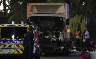 Photo du camion criblé de balles qui a foncé sur la foule à Nice le 14 juillet 2016, sur plus de 2 km.