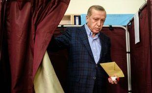 Le président Recep Tayyip Erdogan vote à Istanbul, le 1er novembre 2015