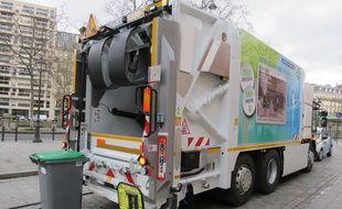 Un des quatre camions-bennes récemment achetés par le groupe Pizzarno, place  Jean-Poulmarch dans le 10e arrondissement de Paris, le 2 février 2015.