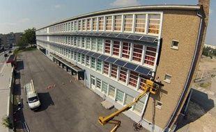 Des panneaux photovoltaïques ont été installés sur la façade de l'école primaire Painlevé dans le quartier de Lille Sud.