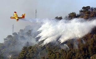 Un Canadair combat un incendie dans le sud de la France (illustration).