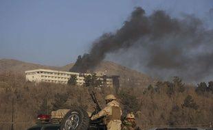 De la fumée noire s'échappe de l'hôtel Intercontinental de Kaboul attaqué, le 21 janvier 2018.