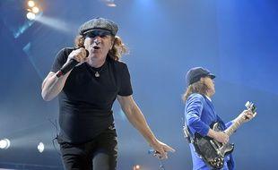 Brian Johnson (à g.), chanteur d'AC/DC, et Angus Young, lors d'un concert à Chicago, le 17 février 2016.