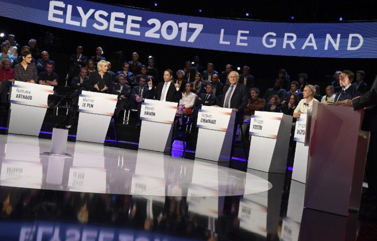 Les candidats à l'élection présidentielle 2017 lors du premier débat à 11, le 4 avril 2017. – LIONEL BONAVENTURE / POOL / AFP