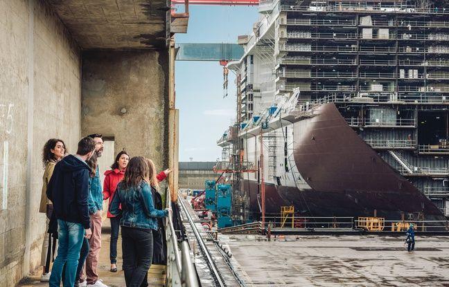 La visite guidée des chantiers navals de Saint-Nazaire fait une halte devant la grande cale de construction.