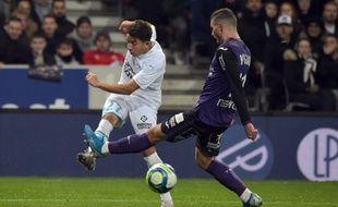 Le Marseillais Maxime Lopez tente de centrer face au Toulousain Quentin Boisgard.