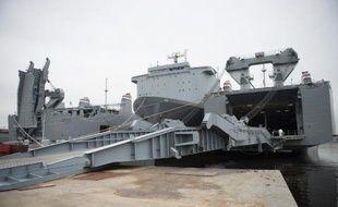 Dans l'immense cale, les deux usines portables sont déjà fixées au sol et les citernes de stockage ont été embarquées: le navire américain MV Cape Ray n'attend plus que l'ordre d'appareiller pour aller détruire en mer les armes chimiques syriennes.