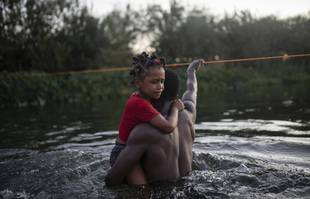 Des migrants traversent le Rio Grande de Del Rio, au Texas, à Ciudad Acuña, au Mexique, le dimanche 19 septembre 2021.