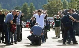 Des policiers fouillent des étudiants de l'Umpqua Community College, à Roseburg (Oregon), quelques heures après al fusillade mortelle survenue sur le campus, le 1er octobre 2015.