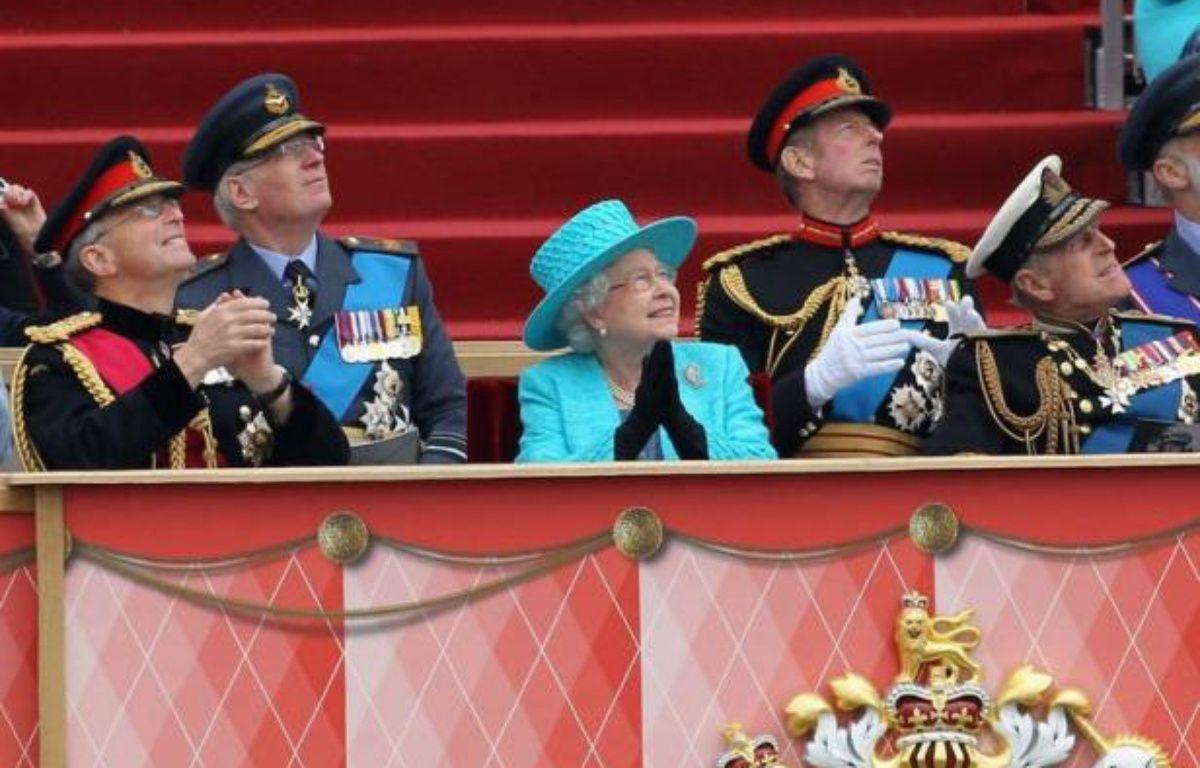 Des milliers de membres des forces armées ont participé samedi à une parade devant la reine Elizabeth II et son mari, le prince Philip, au château de Windsor, dans le cadre des festivités du jubilé de diamant de la souveraine britannique. – Chris Jackson afp.com